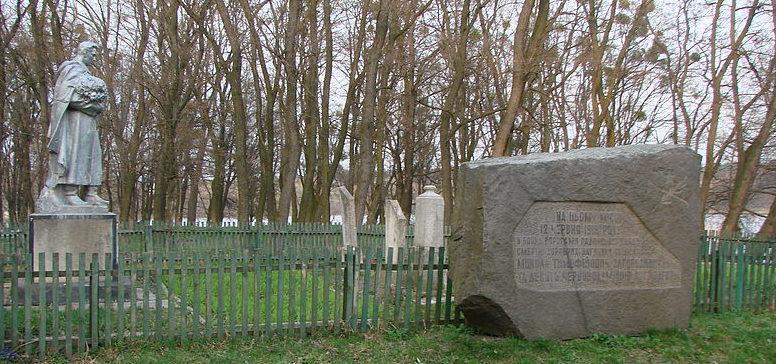 пгт. Володарка Володарского р-на. Памятник в парке, установленный в 1965 году на братской могиле, погибших в боях при освобождении поселка от оккупантов в январе 1944 года.
