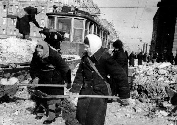 Уборка снега. 1943 г.