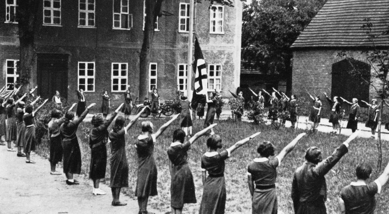 Подъем флага в лагере BDM.