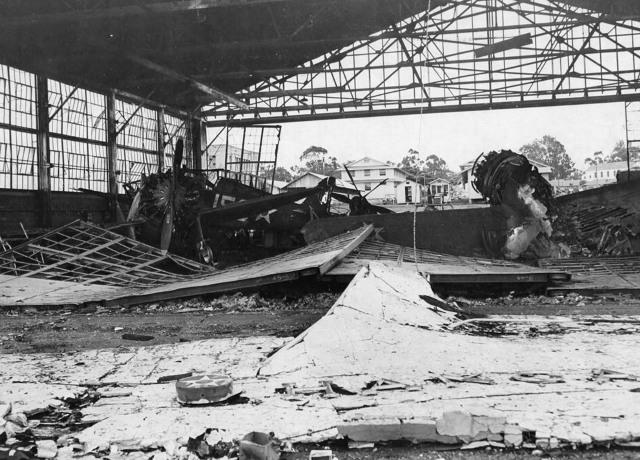 Сгоревшие ангары. Перл-Харбор. 7 декабря 1941 г.