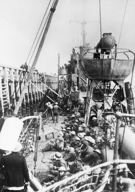 Погрузка британских войск на эсминец с помощью лестниц во время отлива. Дюнкерк, 29 мая 1940 г.
