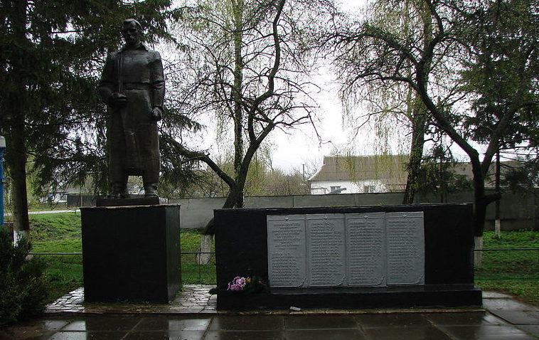 с. Тадиевка Володарского р-на. Памятник в центре села, установленный воинам-односельчанам, погибшим в годы войны.