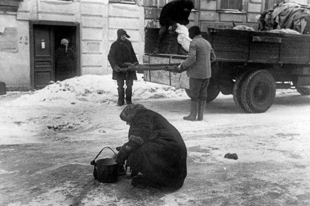 Вывоз трупов. 1943 г.