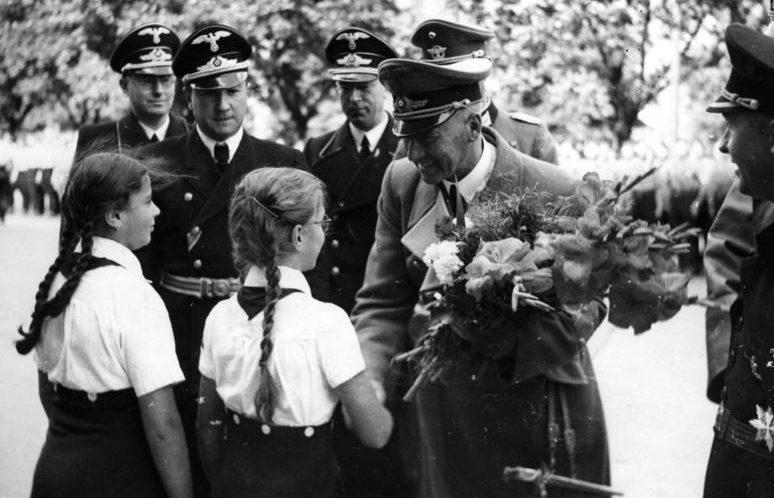 Воспитанницы Союза девочек приветствуют Фрика и Глобке. Братислава, сентябрь 1941 г.