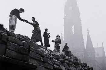 Жители Дрездена разбирают завалы. Февраль 1945 г.