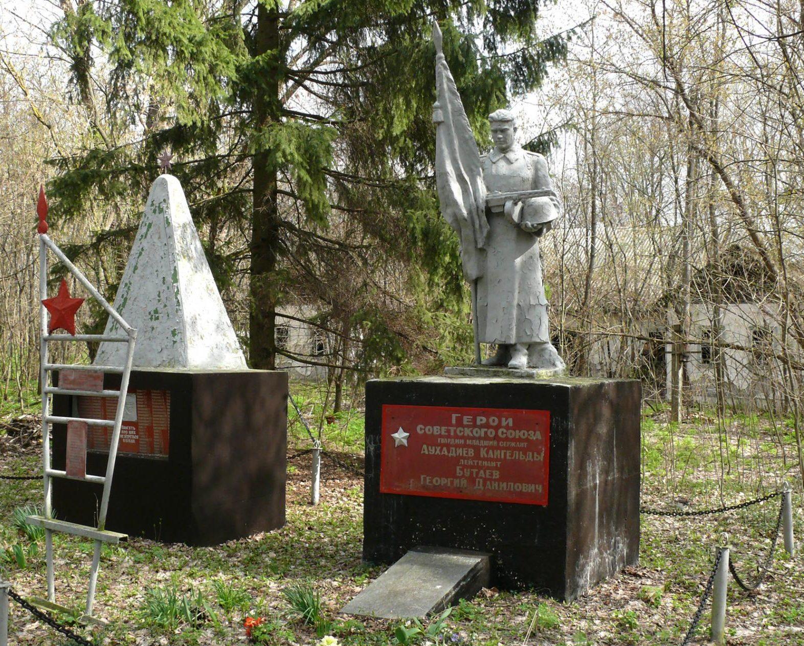 с. Парышев, Чернобыльская зона отчуждения. Братская могила воинов, погибших в годы войны. Здесь захоронены Герои Советского Союза Аухадиев Кайгельды и Георгий Бутаев.