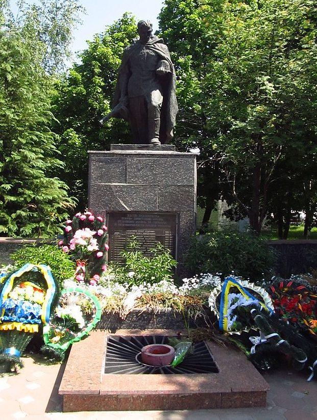 г. Подольск. Памятник в сквере у центральной площади, установлен в 1956 году на братской могиле 16 советских воинов, погибших в годы войны.