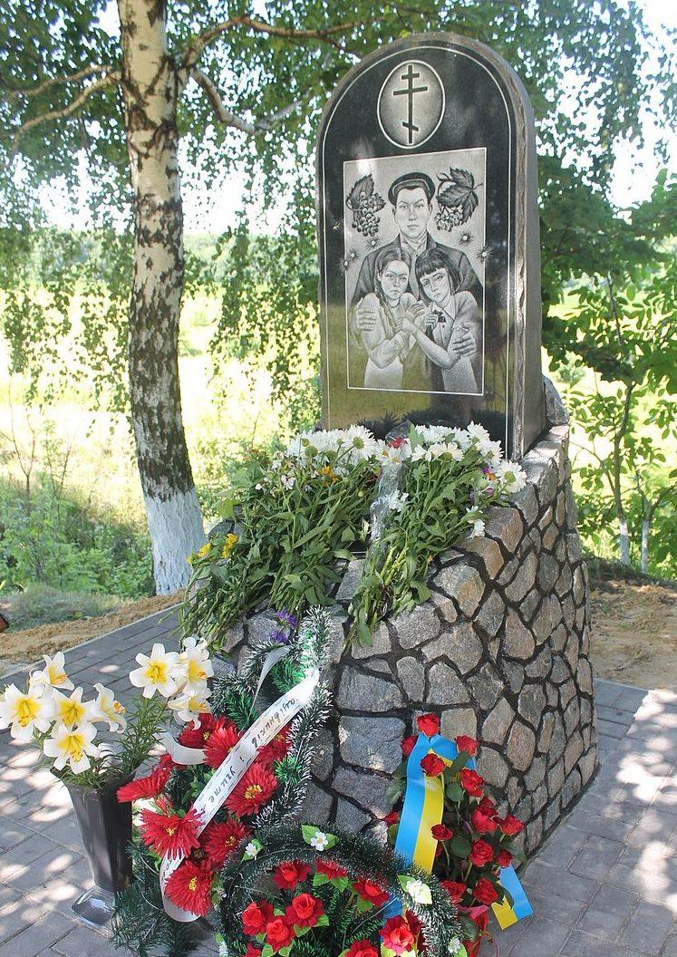 с. Большая Березянка Таращанского р-на. Памятник, установленный в 1971 году на братской могиле двух партизанок, расстрелянных фашистами в 1941 году.