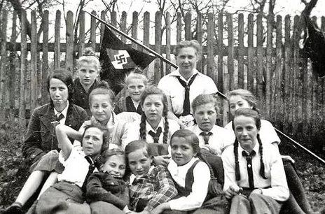 Воспитанницы Союза девочек в походе.