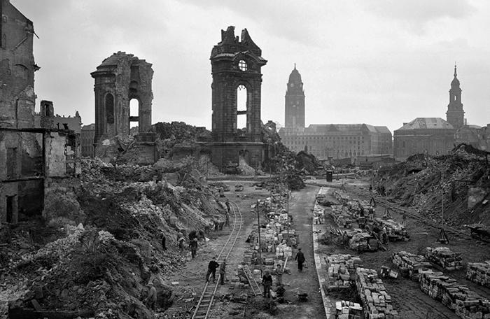 Разбор завалов в районе руин собора Фрауэнкирхе. Март 1945 г.