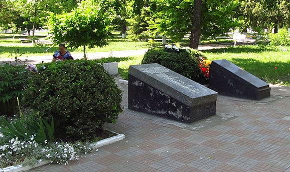 г. Подольск. Братские могилы, в которых похоронены 23 участника сопротивления и члены подпольных организаций «Чайка» и «Крылья Советов» погибшие в 1944 году.