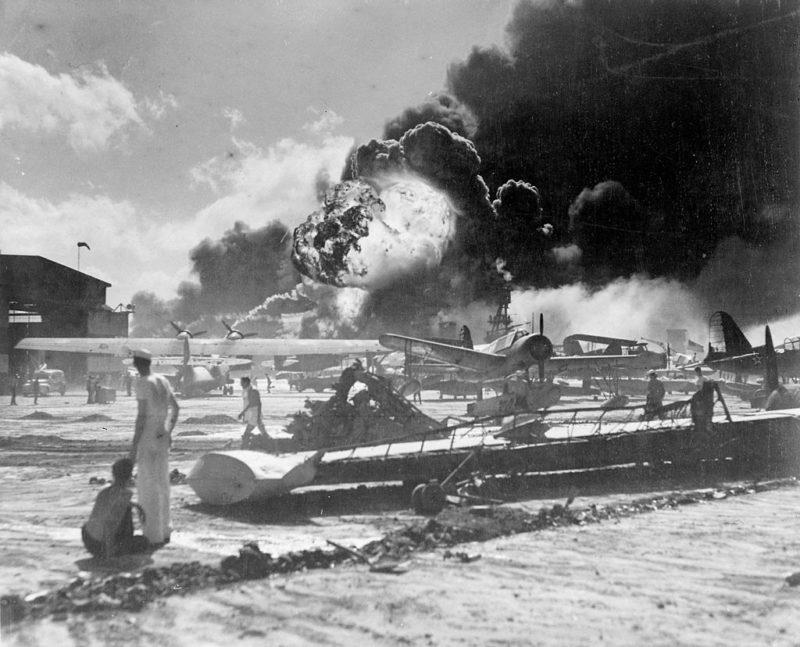 Самолеты, горящие на острове Форд во время нападения Перл-Харбор. 7 декабря 1941 г.