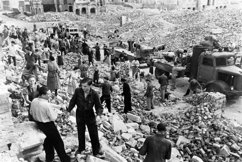 Расчистка руин горожанами. Лето 1945 г.