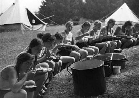 Девушки в тренировочном лагере BDM.