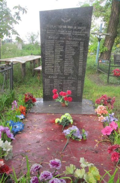 с. Боденьки Вышгородского р-на. Памятник погибшим односельчанам на сельском кладбище.