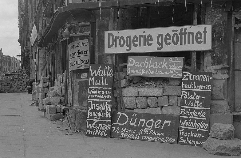 Первые очаги коммерции после бомбардировки. Лето 1945 г.
