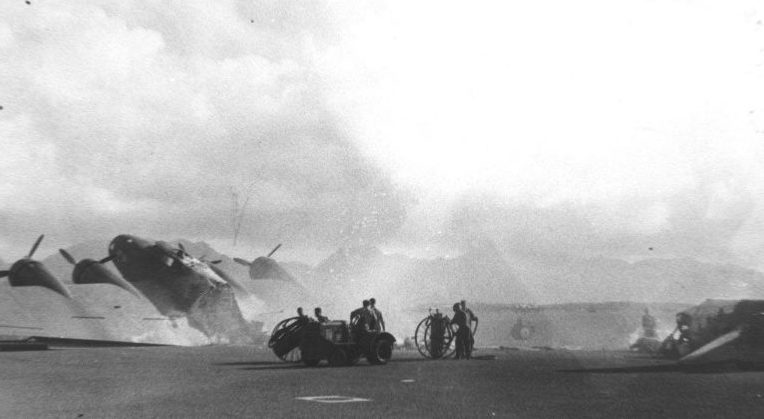 Сгоревший B-17C на аэродроме. 7 декабря 1941 г.