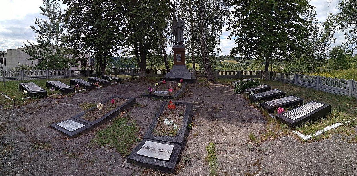 с. Лисовычи Таращанского р-на. Памятник, установленный на братской могиле воинов, погибших в годы войны.