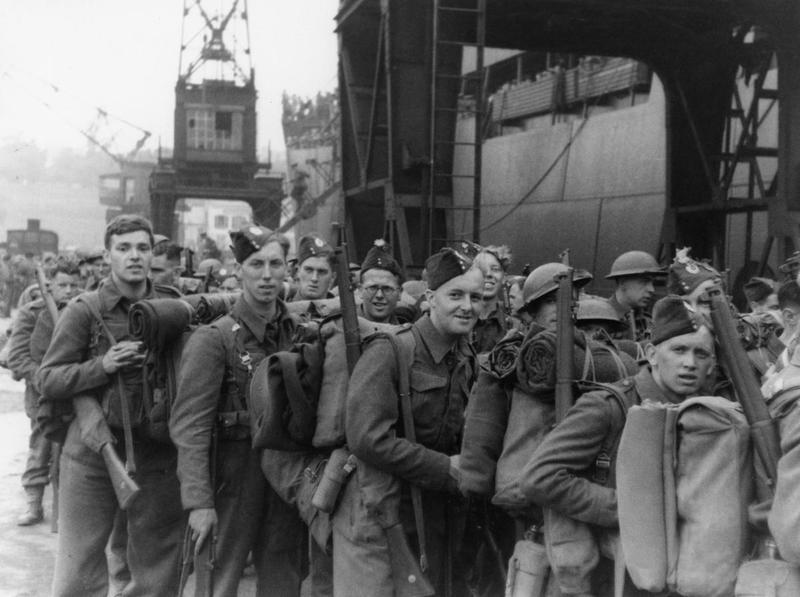 Британские войска во время погрузки на корабли. Дюнкерк, 30 мая 1940 г.