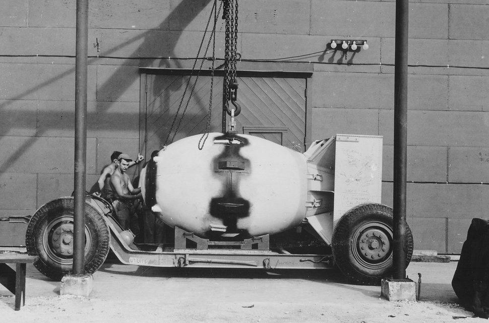 Трейлер с атомной бомбой «Толстяк» (Fat man). Август 1945 г.