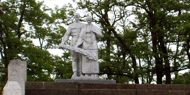 с. Иванков Бориспольского р-на. Памятник, установленный в 1954 году на братской могиле воинов, погибших в годы войны.