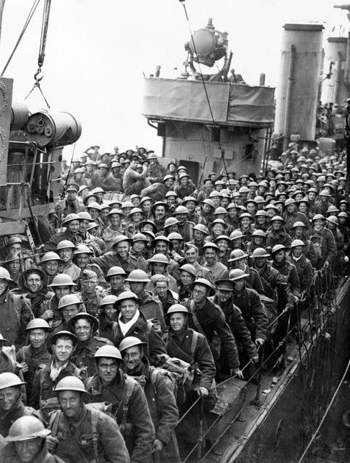 Британские войска на борту эсминца в Довере ждут выхода из корабля. Дюнкерк 26-29 мая 1940 г.