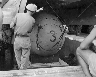 Загрузка бомбы в самолет. Август 1945 г.