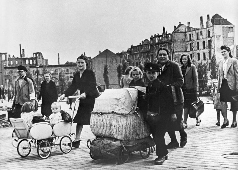 Мирные жители возвращаются в город. Май 1945 г.