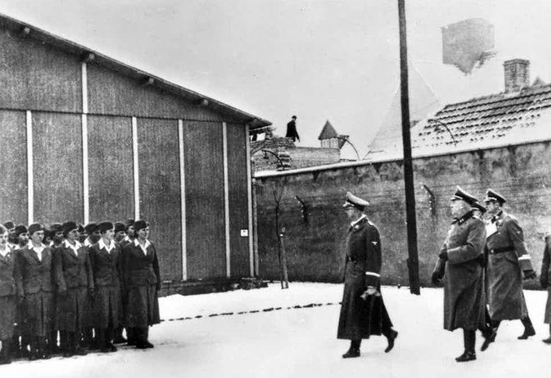 Высшие нацистские чины инспектируют женский концлагерь Равенсбрюк.