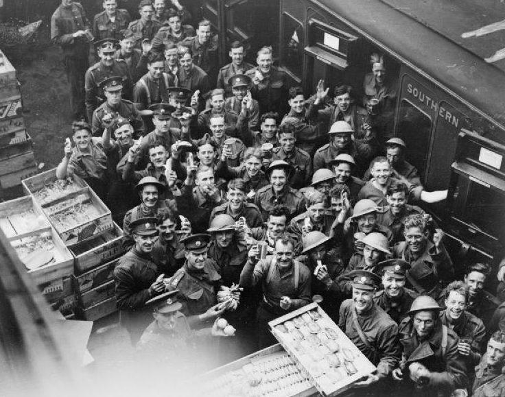 Солдаты ждут посадки на поезд на станции Дувр. Дюнкерк 26-29 мая 1940 г.