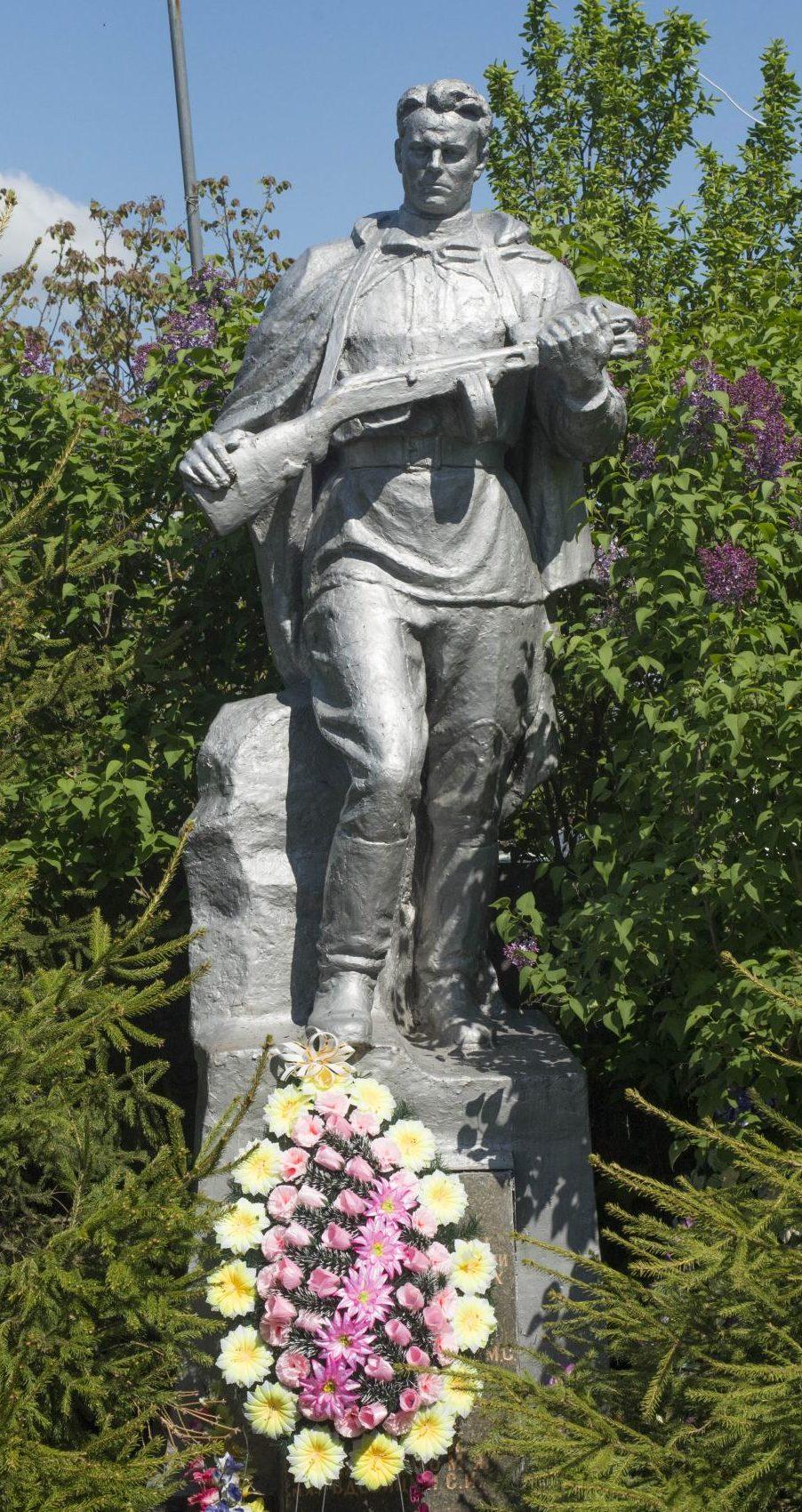 с. Вороньковка Вышгородского р-на. Памятник на братской могиле, в которой похоронено 47 воинов, из них 12 неизвестных.
