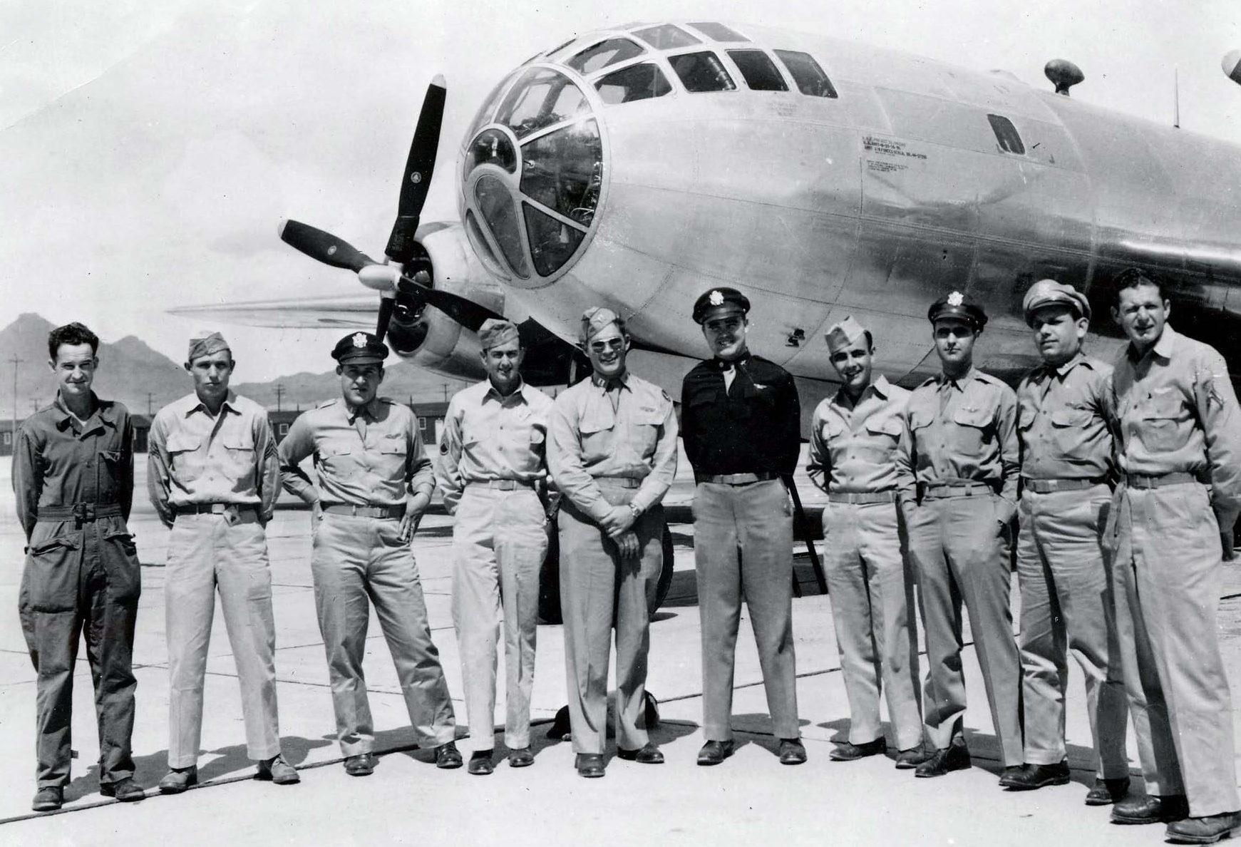 Экипаж бомбардировщика В-29 «Бокскар»,сбросившего бомбу на Нагасаки. Август 1945 г.