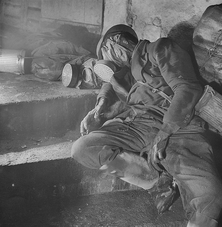 Мертвое тело в противогазе и защитном снаряжении, обнаруженное в подвале 1 января 1946 г.