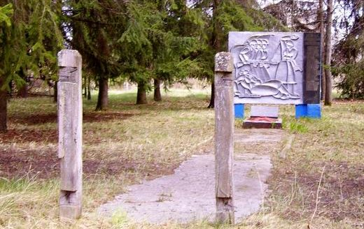 с. Россоха, Чернобыльская зона отчуждения. Памятник воинам, погибшим в годы войны.