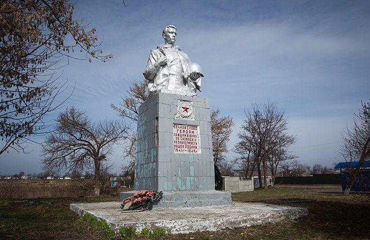 с. Иванков Бориспольского р-на. Памятник по улице Центральной, 2а на братской могиле советских воинов-моряков, погибших в сентябре 1941 года.