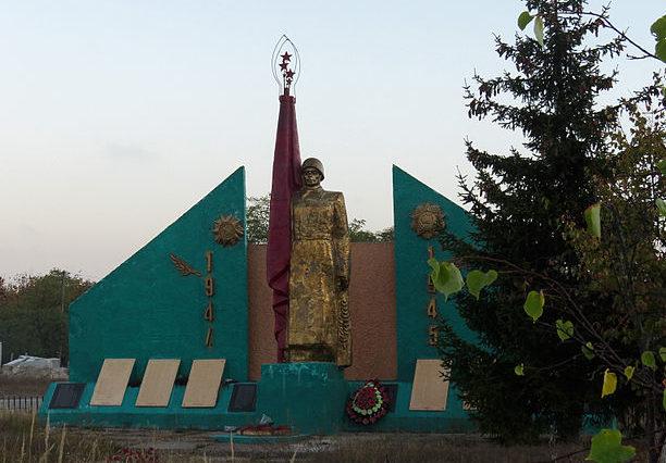 с. Высшая Дубечня Вышгородского р-на. Памятник в центре села погибшим землякам.