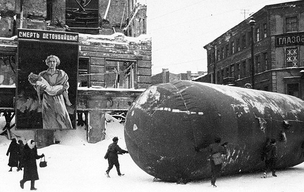 Транспортировка газгольдера на углу Лиговского проспекта и Разъезжей улицы. 1943 г.
