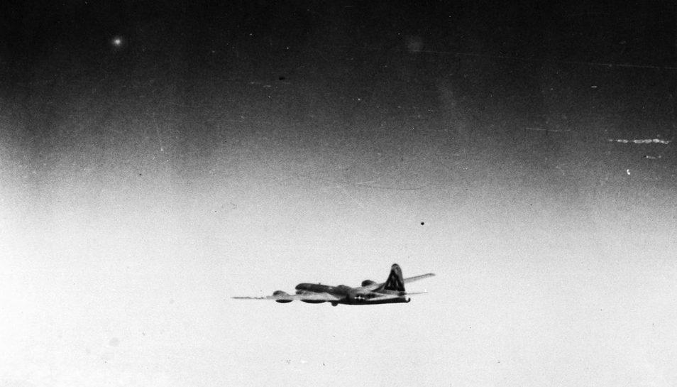 Бомбардировщик В-29 держит курс на Нагасаки с атомной бомбой на борту. 9 августа 1945 г.