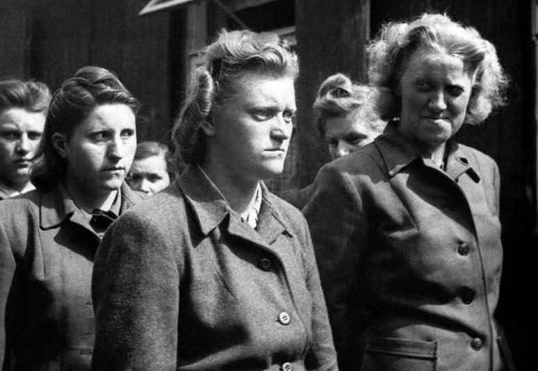 Надзирательницы концлагеря Берген-Бельзен Герта Бозе, Гильдегард Канбах, Ирен Хаске и Элизабет Фолкенрат на прогулке в тюрьме. 1945 г.