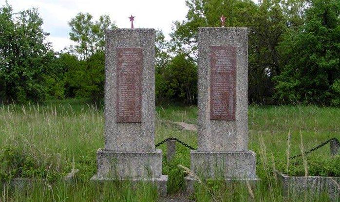 с. Староселье, Чернобыльская зона отчуждения. Памятник воинам, погибшим в годы войны.