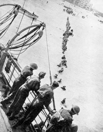 Британские солдаты грузятся на корабль. Дюнкерк, 29 мая 1940 г.