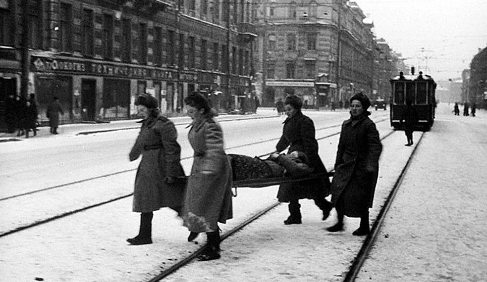 Санитарки за оказанием помощи пострадавшим от обстрела. 1943 г.