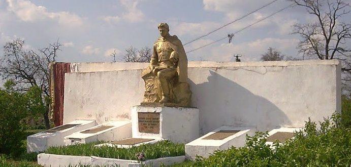 с. Новоукраинка Раздельнянского р-на. Памятник односельчанам, павшим в годы войны.