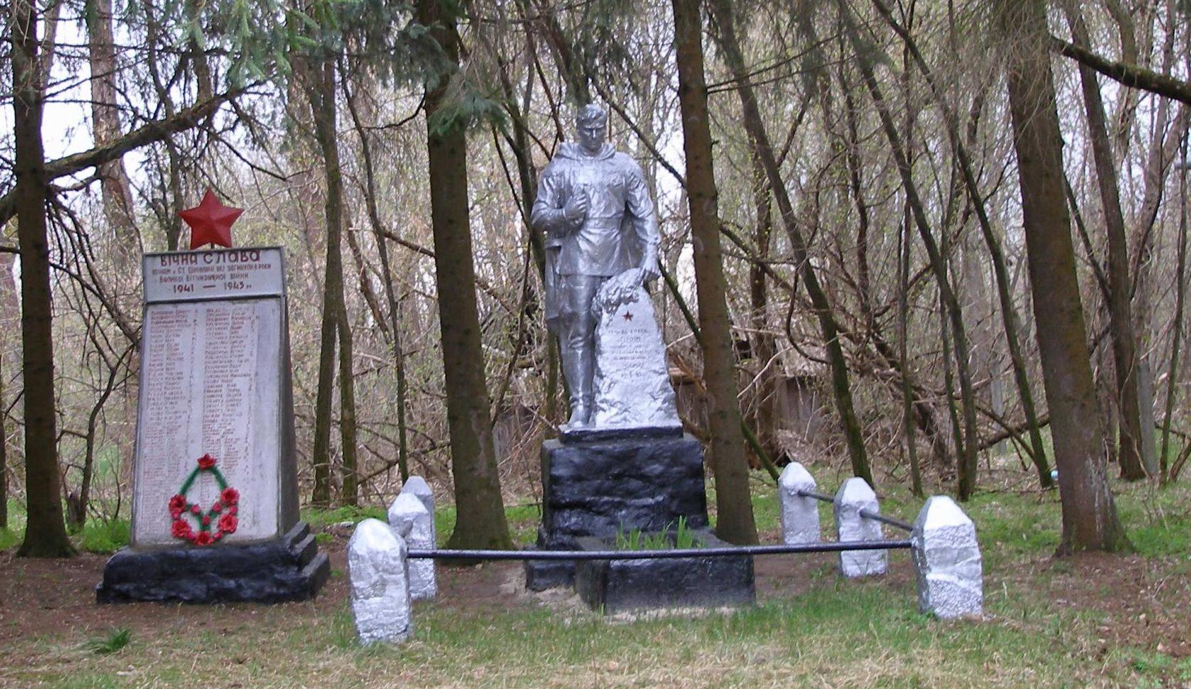 с. Старые Шепеличи, Чернобыльская зона отчуждения. Памятник воинам, погибшим в годы войны.