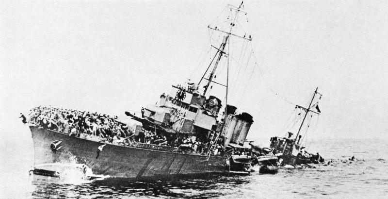 Французский эсминец с эвакуированными войсками тонет в море возле Дюнкерка. 30 мая 1940 г.