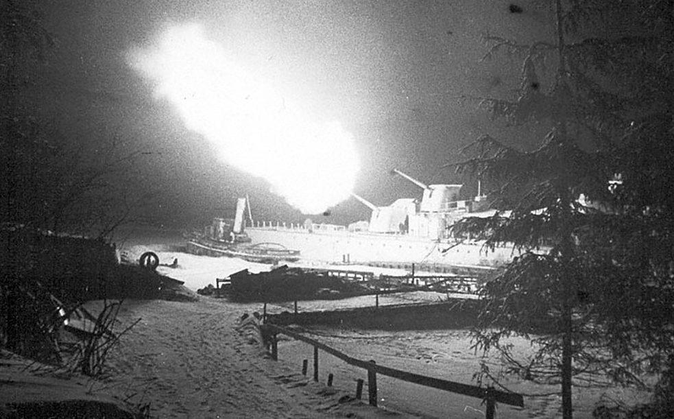Эсминец «Стойкий» ведет обстрел гитлеровских позиций. 1943 г.