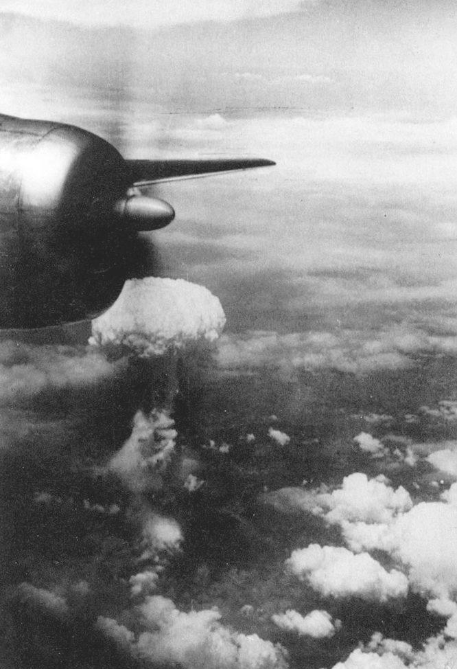 Вид на ядерный гриб взрыва с одного из бомбардировщиков B-29 участвовавших в операции. 9 августа 1945 г.
