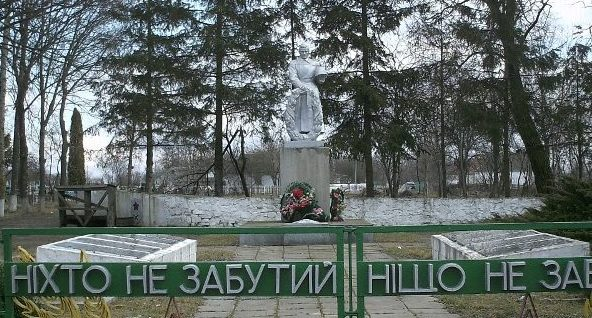 с. Пятигоры Тетиевского р-на. Памятник на братской могиле воинов, погибших при освобождении села.