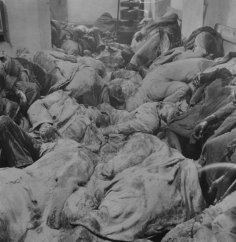 Раскопанное убежище с 243 телами, через 14 месяцев после воздушного налета.