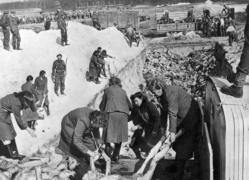 Надзирательницы и охранники концлагеря на захоронении трупов заключенных, после освобождения концлагеря. 1945 г.